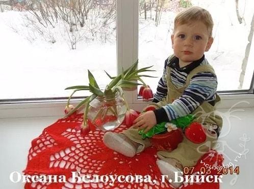 Малыш с цветами