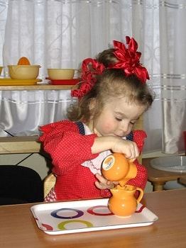 девочка наливает чай
