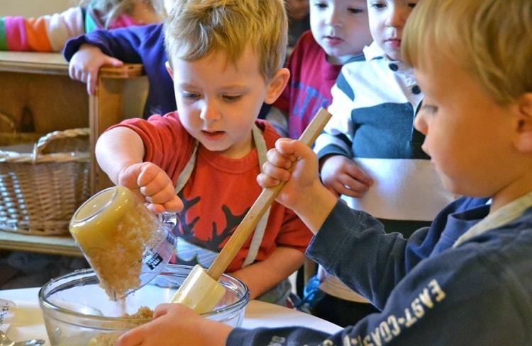 дети мешают тесто
