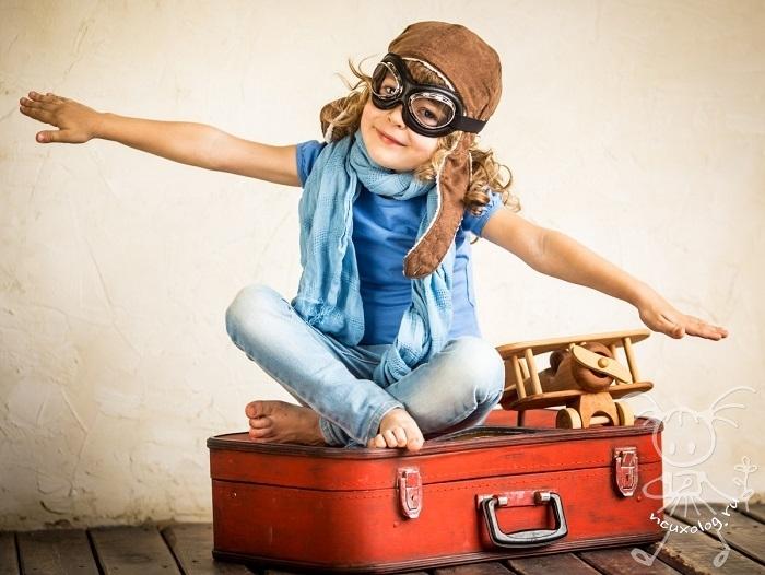 Девочка на чемодане