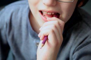 Как отучить ребенка грызть ручки
