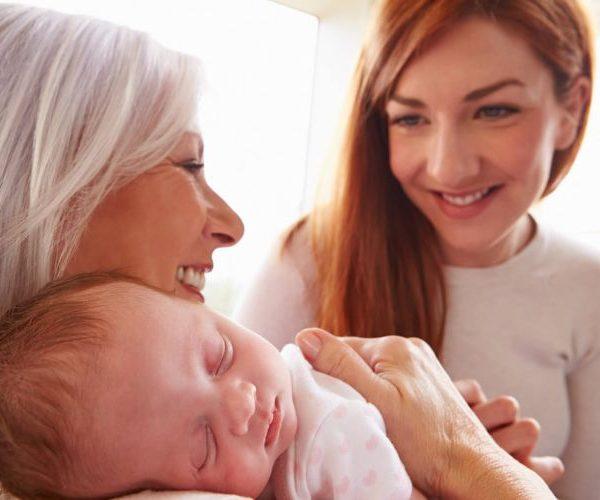 Няня или бабушка: кого выбрать?